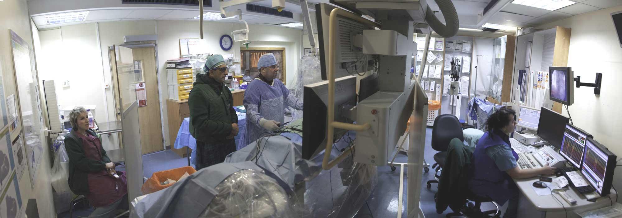 """ד""""ר רון סלע במרכז הרפואי לגליל מבצע השתלת קוצב לב עם צוות רופאים"""